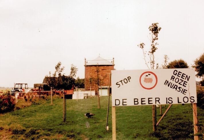 Raad van State vernietigt vergunning voor varkensstal Uithuizen: na 22 jaar eindigt de laatste procedure tegen de roze invasie door De Beer is Los