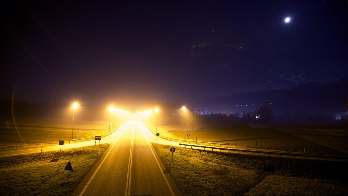 De lampen op de snelweg gaan weer aan: en de natuur dan?