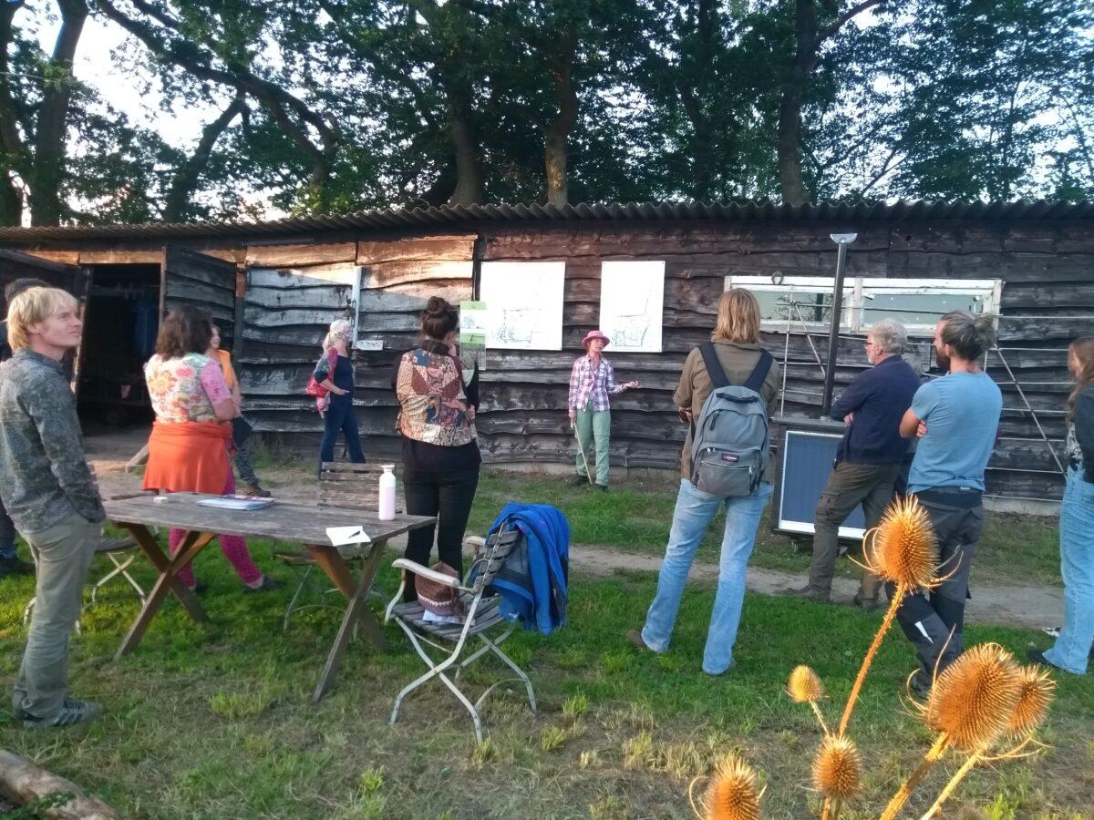 Werkplaats Voedselbossen op avondexcursie in Voedselbos te Glimmen